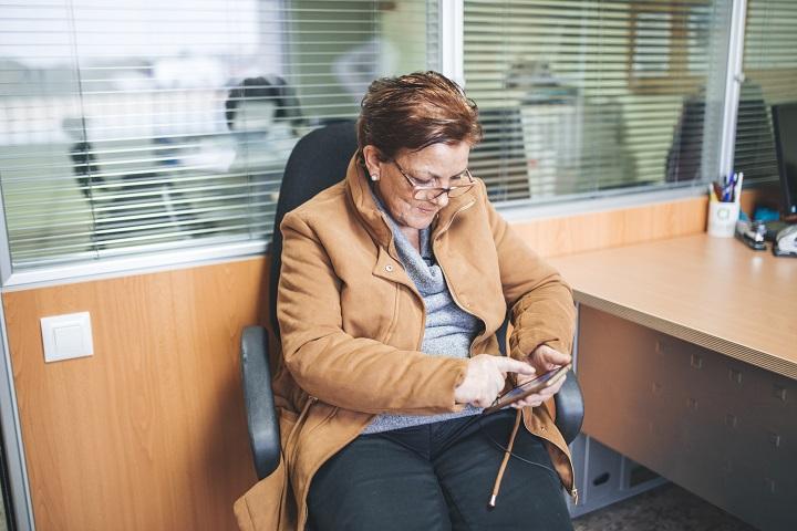 Unha usuaria de ADACECO emprega un comunicador